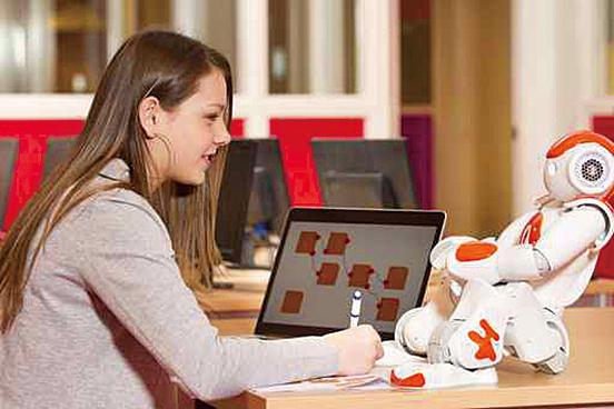 有些家長因為工作忙碌,找來機械人與子女一起玩耍及學習。(Fotolia)