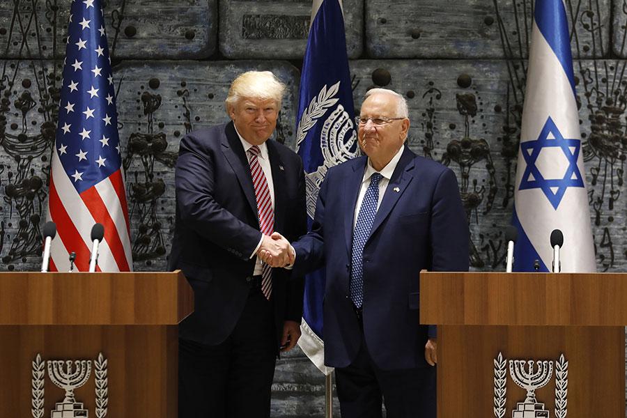 特朗普在以色列機場表示,希望抓住難得機遇,將穩定及和平帶給該地區和人民。圖為特朗普(左)和以色列總統握手。(GALI TIBBON/AFP/Getty Images)