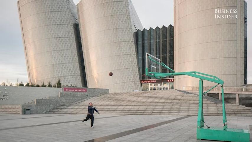 中共花費大筆錢來開發鄂爾多斯新城,建造了體育館、紀念館、博物館和房屋。(視像擷圖)