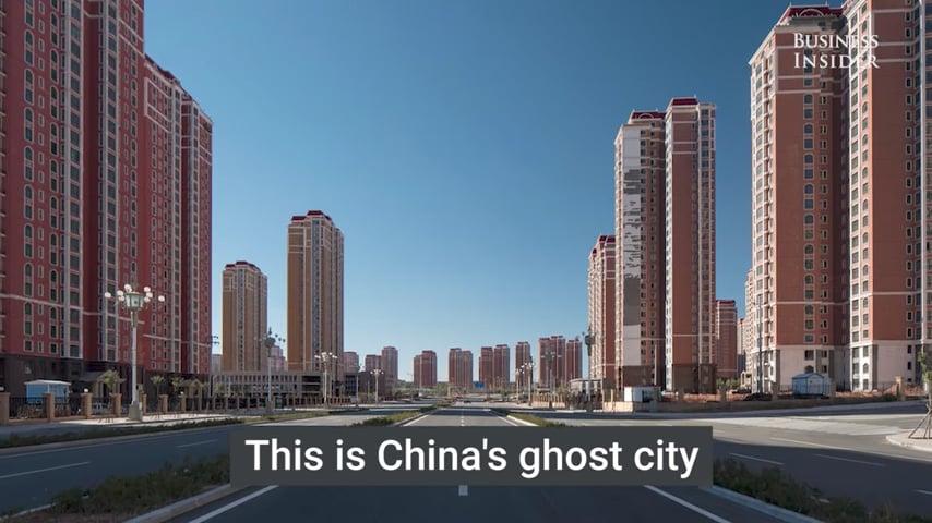 荒誕離奇的照片,揭密了內蒙古臭名昭著的「鬼城」鄂爾多斯的內景。(視像擷圖)