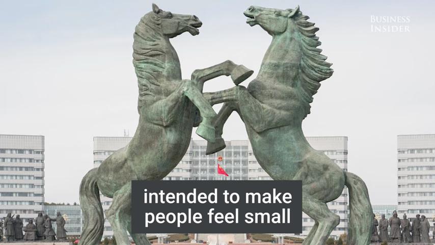 鄂爾多斯市的設計,受蘇聯建築的影響,這是為了使人們感到很渺小。(視像擷圖)