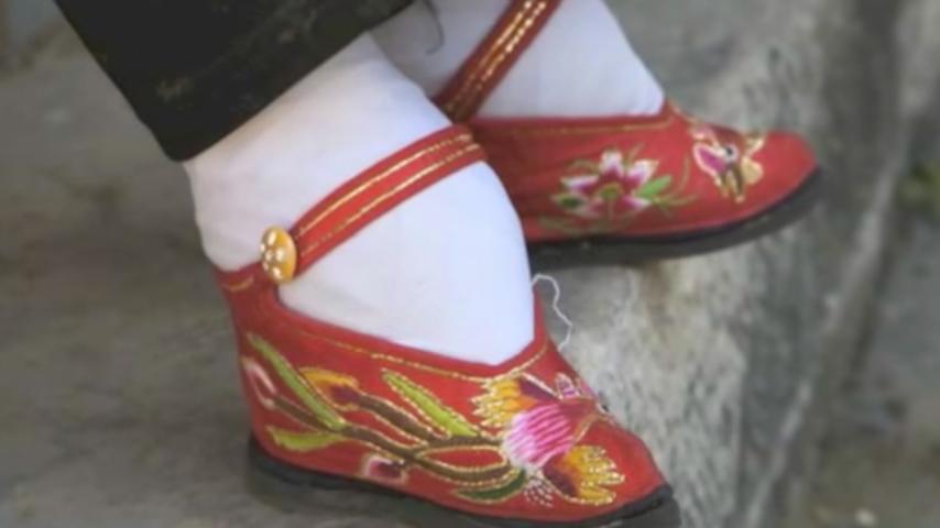 在中國盛行千年之久的女性纏足,一直被認為是刻意迎合男性病態的審美觀。CNN 22日則刊文引述西方專家的說法,為中國女性「三寸金蓮」提供了另一種解釋,顛覆了人們以往的歷史觀。(視像擷圖)