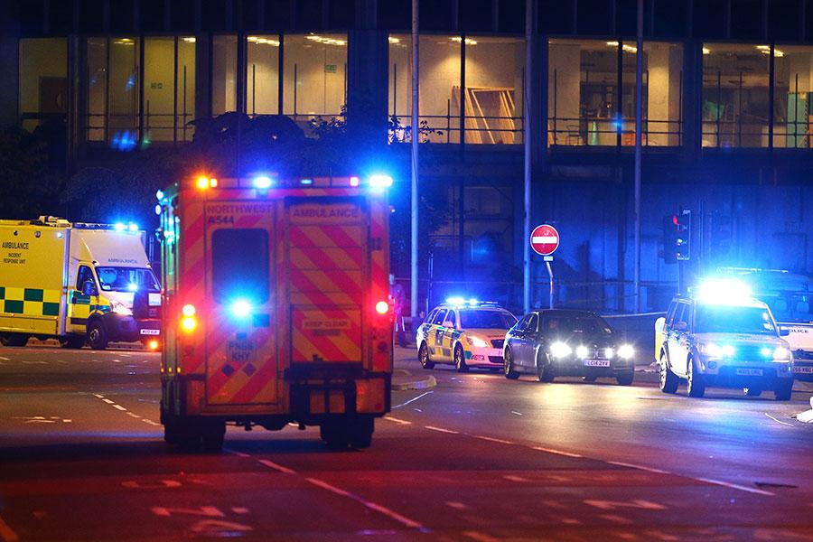 2017年5月23日,英國曼徹斯特一個音樂會場外發生的爆炸事件。圖為當地警方及救護車抵達現場。(Dave Thompson/Getty Images)