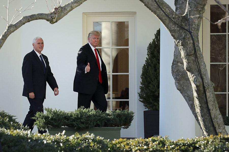 圖為美國總統特朗普與副總統彭斯(左)在白宮。(Chip Somodevilla/Getty Images)