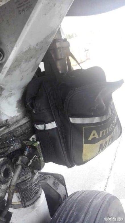 北京飛往蘭州CA872/B-5755飛機在蘭州落地後,在前起落架的輪艙處發現一個工具包,有眼尖網民還質疑:有電線護套是鬆脫的,並裸露芯線。(網絡圖片)