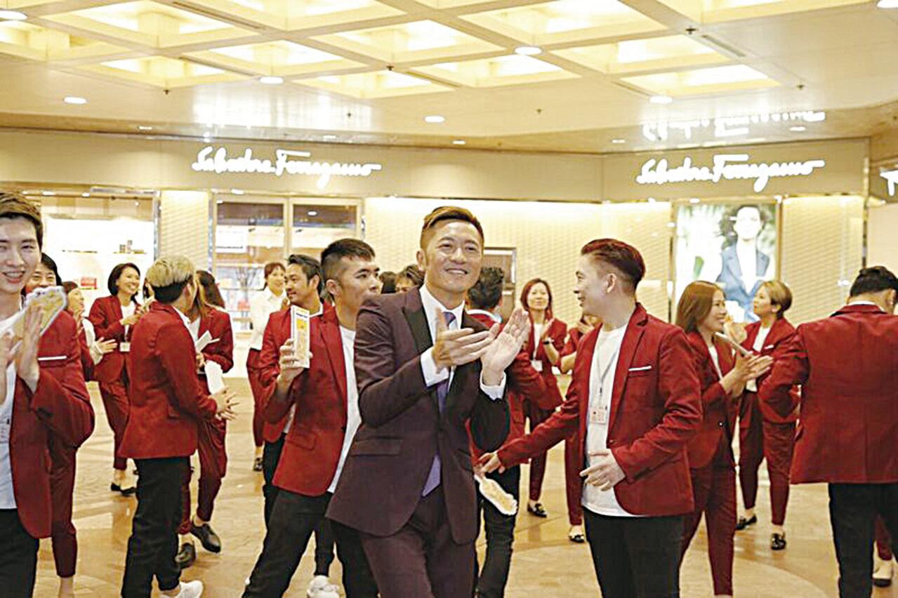 蘇志威和30位舞蹈員在銅鑼灣跳快閃舞,現場大派脆皮雪糕批給觀眾。(RSVP公司提供)