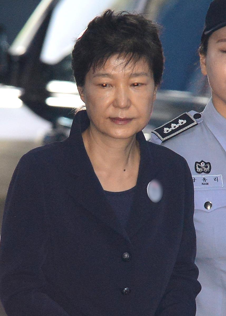 23日,南韓法院對遭彈劾下台的前總統朴槿惠(65歲)進行了首次公審。朴槿惠是繼全鬥煥和盧泰愚之後,第三位因貪腐站在法庭接受審判的南韓前總統。(newsis)