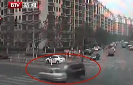 因與丈夫吵架,情緒失控的女司機闖紅燈導致三輛車相撞,也導致坐在自己車裏的母親死亡。大陸因憤怒導致慘案發生的事件頻出,網民議論如今人易怒,爆發時如被魔控制。(網路圖片)