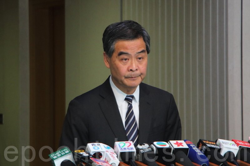 梁振英昨日早上在行政會議前稱,非建制議員針對他的彈劾,是「雙重標準」。(蔡雯文/大紀元)