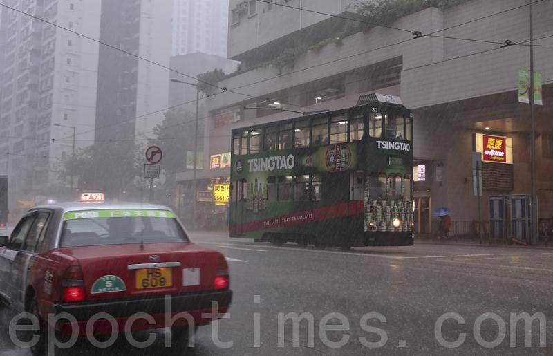 5月24日上午,香港天氣驟變,天文台在上午11時30分發出黑色暴雨警告信號。圖為港島鰂魚涌一帶在暴雨下的情況。(余鋼/大紀元)