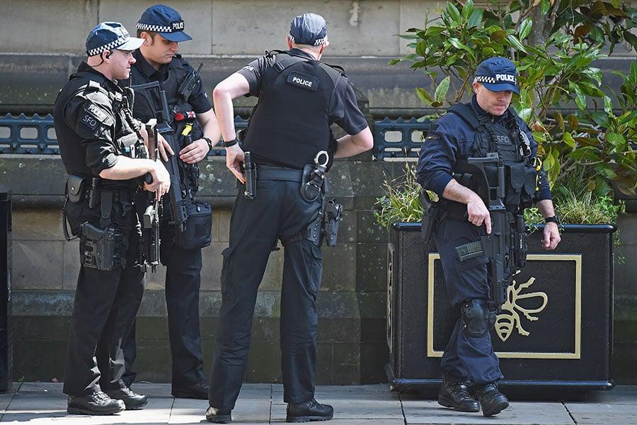 英國警察已經確認了自殺炸彈客的身份,並對曼徹斯特市房屋進行突擊搜查,希望抓到更多同謀。(Jeff J Mitchell/Getty Images)