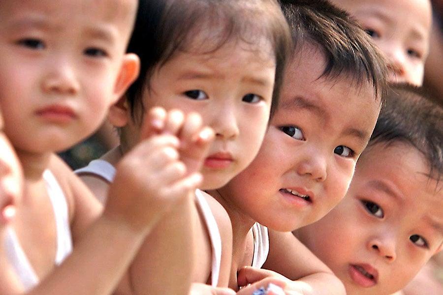 專家指出,中國人口可能比官方數據小得多,這意味著印度將很快或已經取代中國,成為世界人口最多的國家。(AFP PHOTO/Stephen SHAVER)