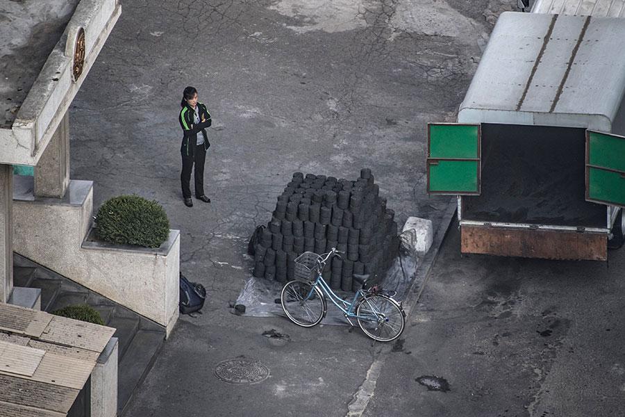 北京今年2月宣佈禁止自北韓進口煤炭,據中共海關統計,3月及4月自平壤進口煤炭的金額雙雙掛零。然而,專家有不同的觀察及解讀,認為北京故弄玄虛,並未真正地懲罰金正恩政權。(ED JONES/AFP/Getty Images)