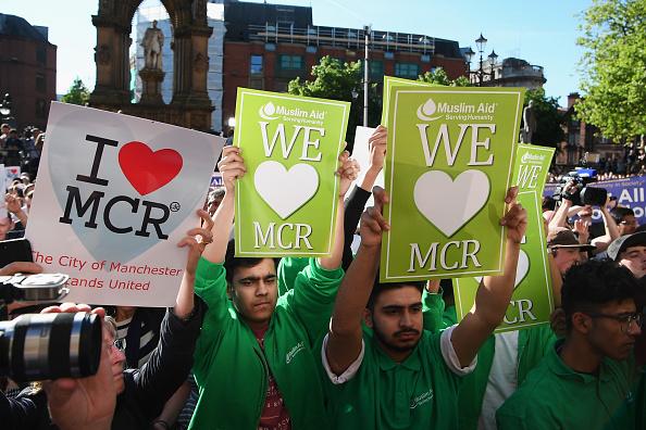 曼城的穆斯林人士聚集在一起舉著「我愛曼城」的標語。(Jeff J Mitchell/Getty Images)