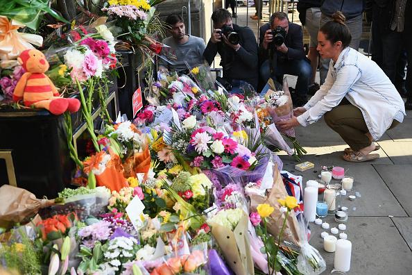 曼城公眾為燭光守夜擺放花束。(Jeff J Mitchell/Getty Images)
