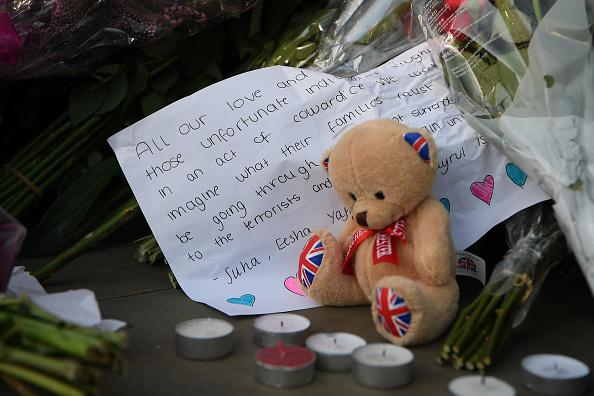 寄託著思念的賀卡和玩具熊。(Jeff J Mitchell/Getty Images)