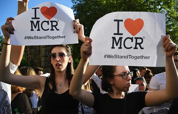 參加燭光守夜的人們舉著「我愛曼城」的標語。(Jeff J Mitchell/Getty Images)