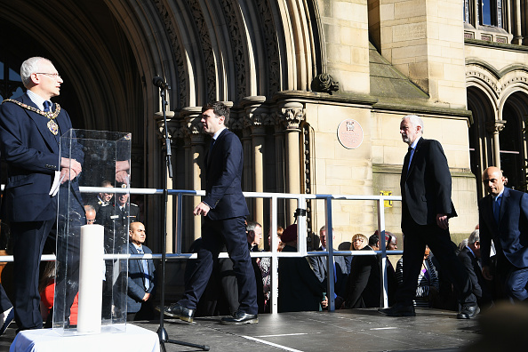 (從左至右)曼城市長Eddy Newman、大曼徹斯特地區市長Andy Burnham、工黨領袖Jeremy Corbyn和地區政府和社區秘書Sajid Javid發表講話。(Jeff J Mitchell/Getty Images)