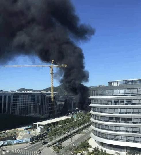 騰訊北京總部二期在建工地起火,滾滾黑煙瀰漫天際,並伴有小型爆炸聲。(網絡圖片)