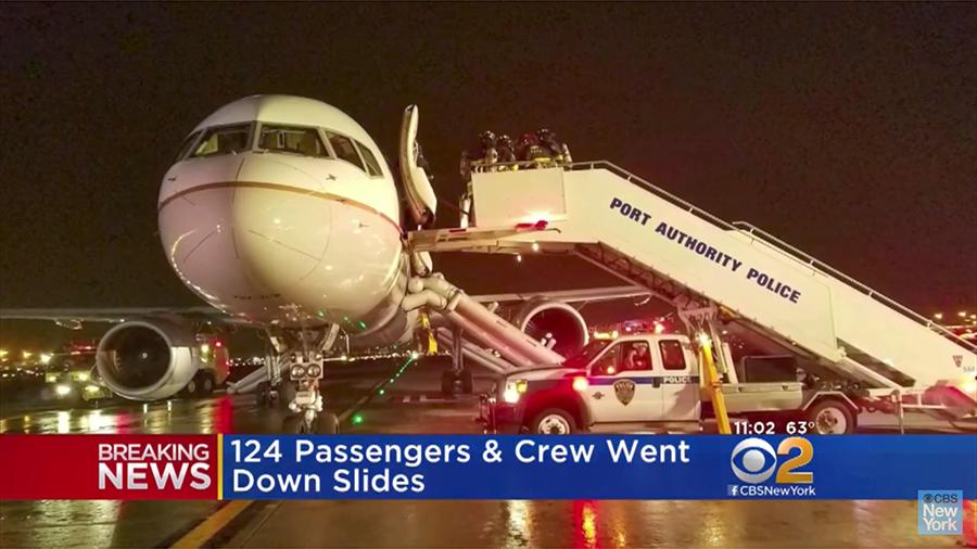 周二(5月23日)晚上,美國聯合航空公司(United Airlines)的一架停在紐瓦克自由國際機場的飛機起火,導致這個位於新澤西州的機場臨時關閉。(視像擷圖)