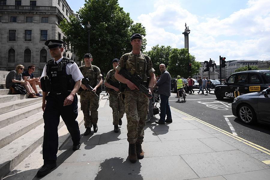 在曼徹斯特自殺炸彈襲擊之後,將近1000名士兵立即被部署到英國街頭支援警方。英國擔憂阿貝迪不是孤狼行動,將恐攻威脅等級上升至最高戒備的「危急」。(Carl Court/Getty Images)