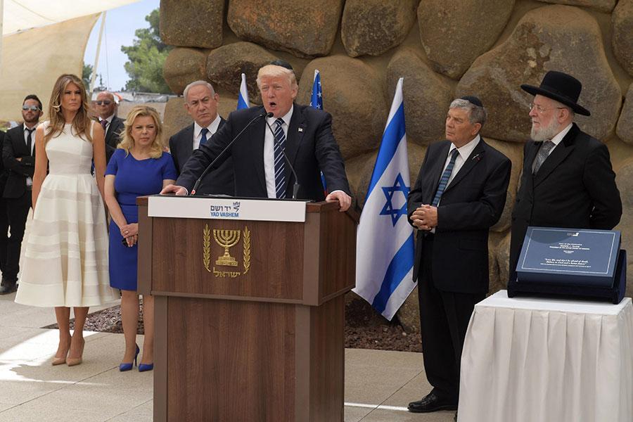特朗普說:「(巴勒斯坦領袖)阿巴斯向我保證,他已經準備好真誠地為達成這一目標而努力。(以色列)總理內塔尼亞胡也已做過同樣的承諾。」圖為特朗普在參觀猶太屠殺紀念館時發言。(Amos Ben Gershom/GPO via Getty Images)