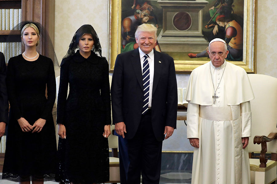 教宗希望特朗普成為和平的締造者,特朗普承諾將不會忘記教宗說的話。兩人還互送了禮物,巧合的是,雙方的禮物都代表著和平。(EVAN VUCCI/AFP/Getty Images)
