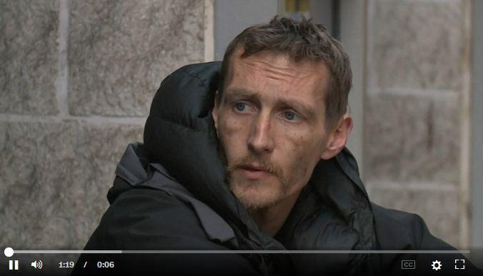 一名流浪漢(無家可歸者)在爆炸發生後幫助受傷的女孩,被人們譽為英雄。(視像擷圖)