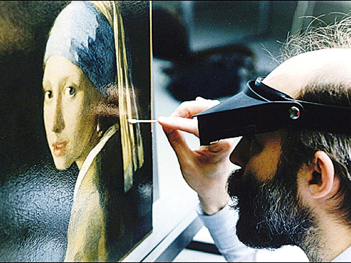 1994年間瓦杜姆在修復《戴珍珠耳環的少女》。(Courtesy of Jorgen Wadum)