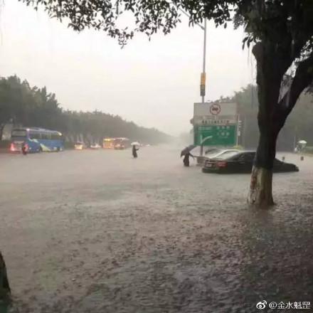 5月24日,廣州、深圳兩地遭暴雨襲擊,兩地多處道路浸水,深圳逾百航班取消或延誤。圖為暴雨下的廣州。(網絡圖片)