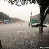 廣州深圳遭暴雨襲擊 逾百航班受影響