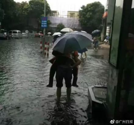 5月24日,廣州、深圳遭暴雨襲擊。圖為暴雨下的廣州。(網絡圖片)
