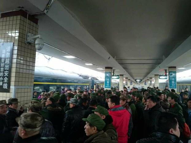 長沙火車站,湖南老兵雲集,準備登上到北京的列車,接力上訪。(自由亞洲電台)