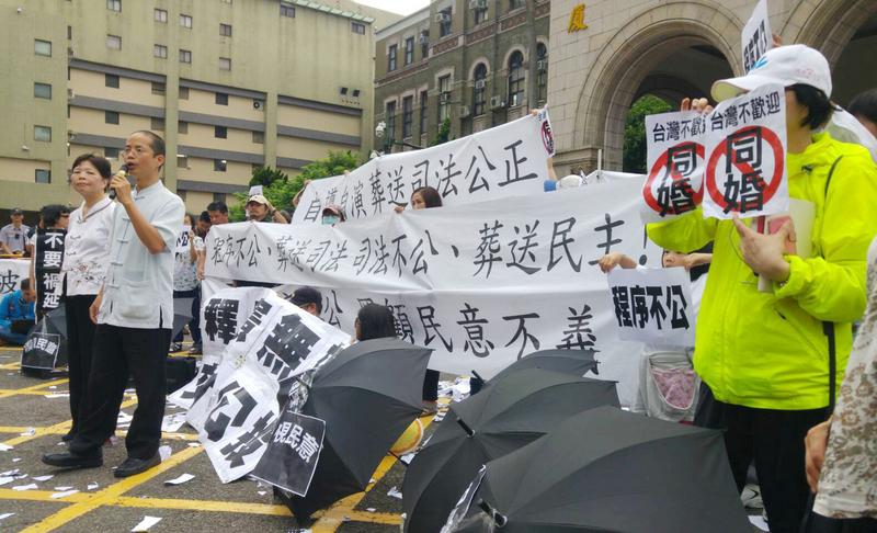 台灣釋憲支持同性婚姻 民團抗議籲交付公投