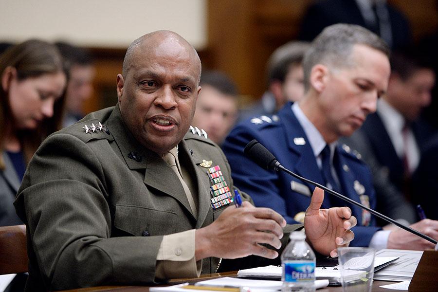 美國國防情報局局長斯圖爾特(左)在參議院聽證會上警告說,若不進行控制,北韓最終將會成功研製出能夠發射核彈頭的洲際彈道導彈。(Olivier Douliery/Getty Images)