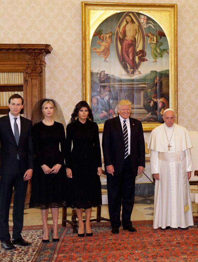 5月24日,美國第一夫人和第一女兒訪問教宗的時候,都是身穿一襲黑衣,戴著黑色面紗。(ALESSANDRA TARANTINO/AFP/Getty Images)