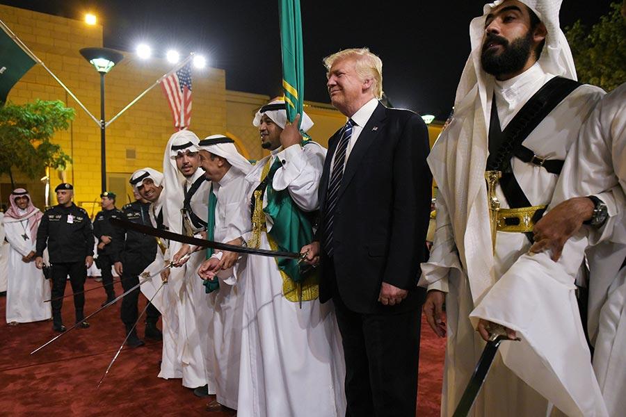 特朗普在沙特參加當地傳統劍舞表演。(MANDEL NGAN/AFP/Getty Images)
