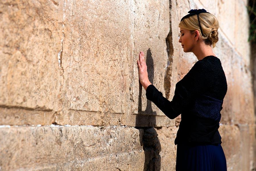 伊萬卡在哭牆。(HEIDI LEVINE/AFP/Getty Images)