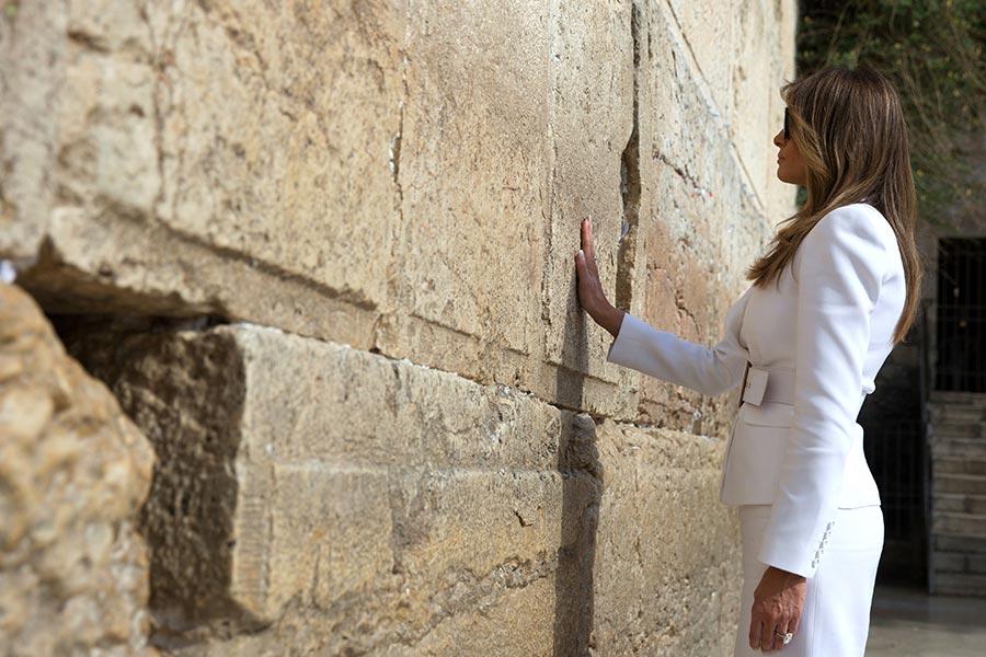 美國第一夫人梅拉尼婭在哭牆。(HEIDI LEVINE/AFP/Getty Images)