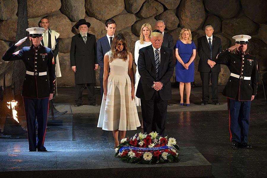 特朗普攜夫人、大女兒及女婿在猶太人大屠殺紀念館。(Yad Vashem Holocaust Memorial Museum)獻花。(MANDEL NGAN/AFP/Getty Images)
