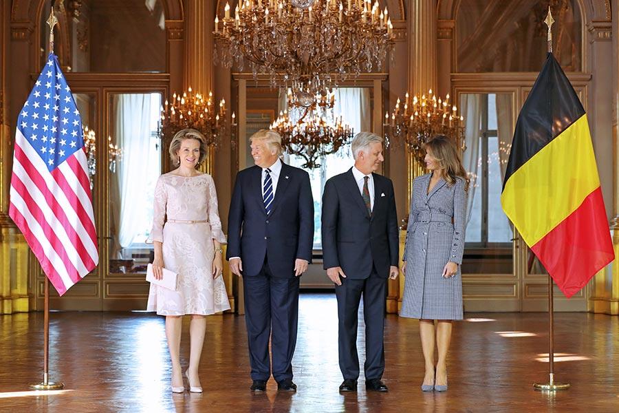 美國總統特朗普周三下午抵達比利時首都布魯塞爾。圖為比利時菲利普國王和王后在皇宮和特朗普伉儷合影。(BENOIT DOPPAGNE/AFP/Getty Images)