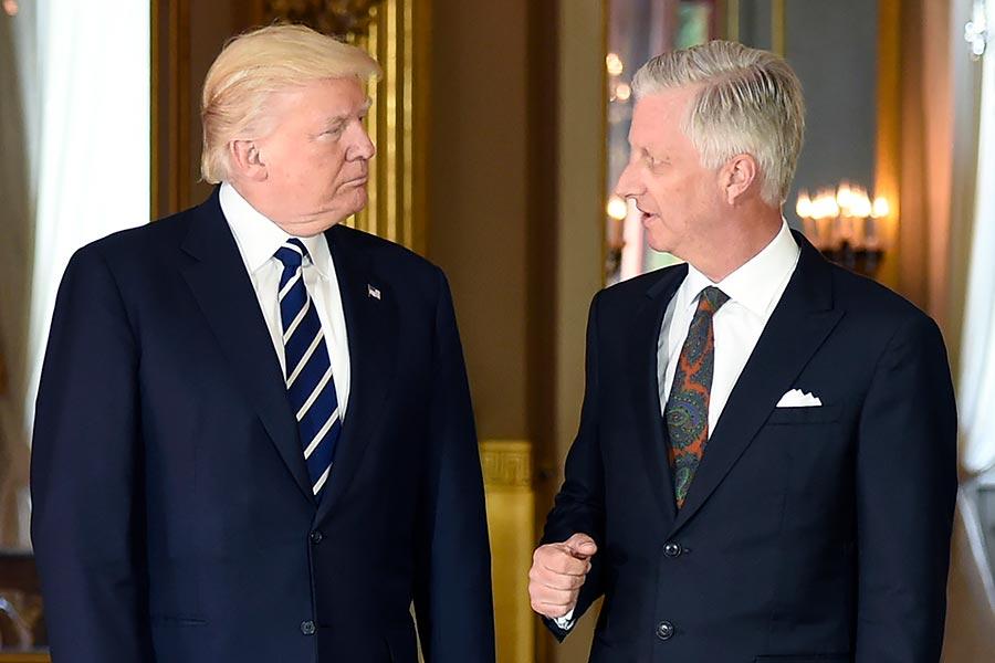 美國總統特朗普周三(24日)下午抵達比利時,在布魯塞爾王宮會見了比利時國王(右)。(THIERRY CHARLIER/AFP/Getty Images)