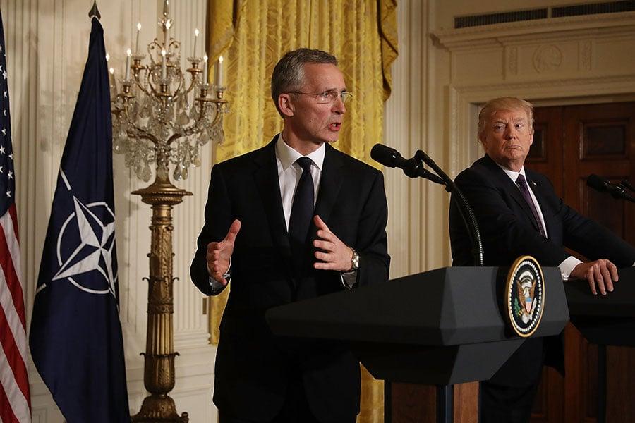 白宮周二(23日)公佈的2018年預算中,特朗普政府大增國防開支,北約秘書長(左)對此表示歡迎。(Chip Somodevilla/Getty Images)