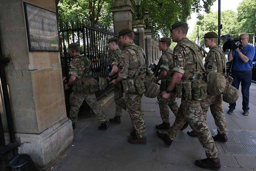 5月24日,英國軍隊士兵進駐白金漢宮,保衛安全。(DANIEL LEAL-OLIVAS/AFP/Getty Images)