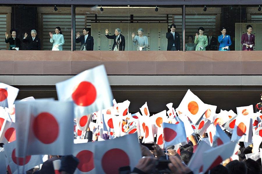 日本天皇每年都有兩天帶領主要的皇室成員和日本民眾會面。(KAZUHIRO NOGI/AFP/Getty Images)