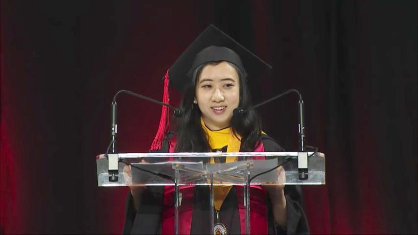 留美女大學生楊舒平5月21日在美國馬里蘭大學畢業典禮演講時,讚美國的清新空氣和言論自由及公民權利,遭到中共官媒的圍攻。(視像擷圖)