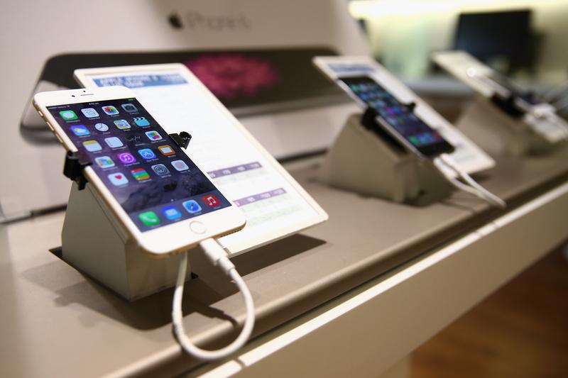專家提醒,手機充電錯誤,可能會讓你遺失珍貴照片。圖為iPhone 6和iPhone 6 Plus。(Cameron Spencer/Getty Images)