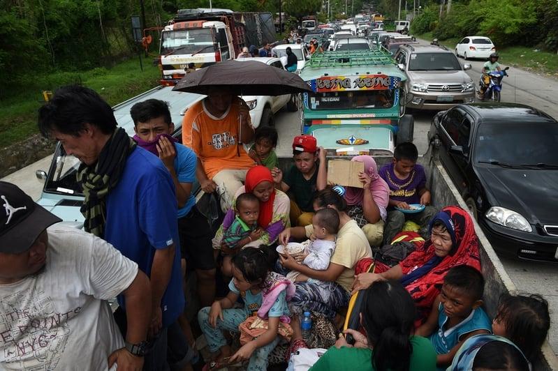 5月25日,菲律賓馬拉韋市陷入混亂,政府軍與恐怖份子作戰,導致大批居民流離失所。(TED ALJIBE/AFP)
