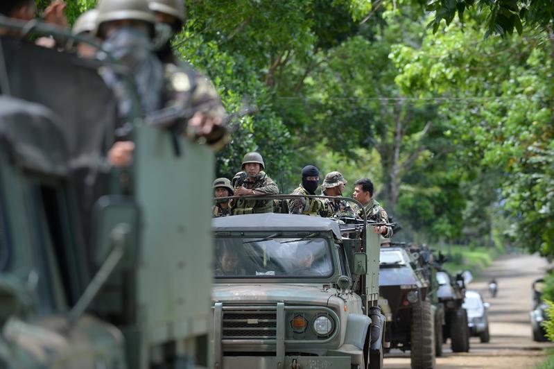 5月25日,菲律賓馬拉韋市陷入混亂,政府軍與恐怖份子作戰,導致大批居民流離失所。圖為菲律賓的裝甲坦克部隊。(TED ALJIBE/AFP)