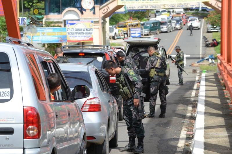5月25日,菲律賓馬拉韋市陷入混亂,政府軍與恐怖份子作戰,馬拉韋市聯外道路塞滿載著家人逃難的車輛。(TED ALJIBE/AFP)